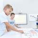 dzieci oraz nauczycielka w szkole układają klocki do nauki kodowania
