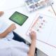 kartonowe klocki w połączeniu z aplikacją scottie go układane na planszy przez dzieci